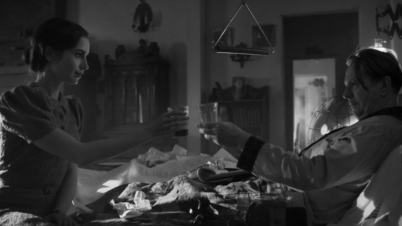 Lily Collins e Gary Oldman in una scena di Mank di David Fincher